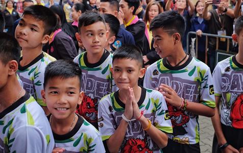 """泰国少年足球队透露""""洞穴""""生活:轮流挖洞"""