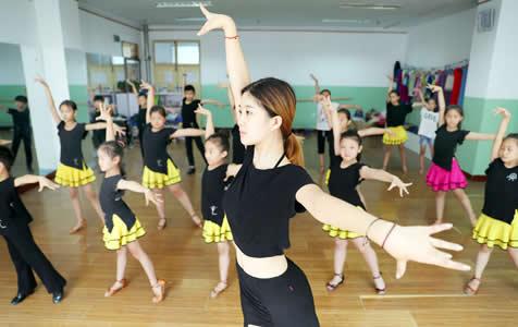 石家庄:山里娃暑假练习国标舞 丰富假期生活