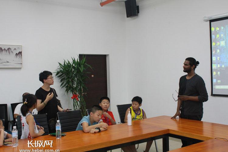 留学生克里希纳与同学们交流