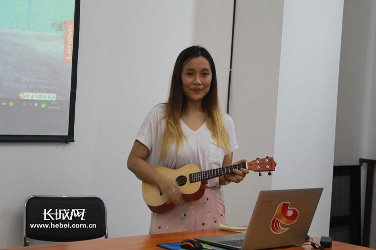 来自印度的留学生法奈弹唱英文歌曲