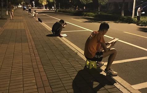 暑假是啥?他们路灯下备战考研 复习至深夜
