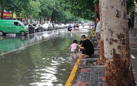 """石家庄遇强降雨!熟悉的城市已变成""""海洋"""""""