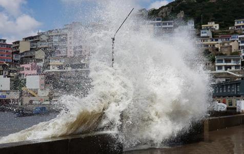 """台风""""安比""""登陆浙江舟山 海边掀巨浪"""