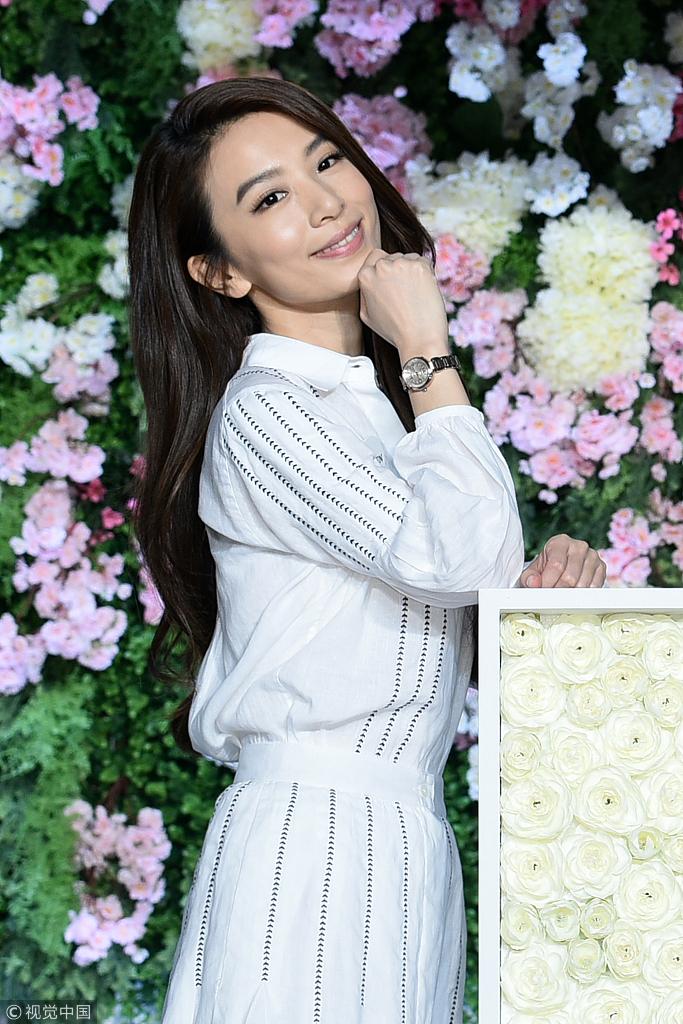 田馥甄梳大波浪卷发 穿白蕾丝裙仙气飘飘图片