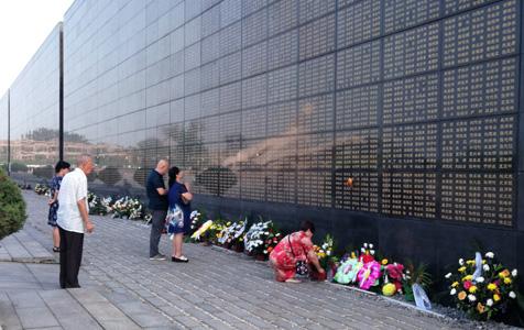 这面墙 那些人 唐山市民地震墙前寄哀思