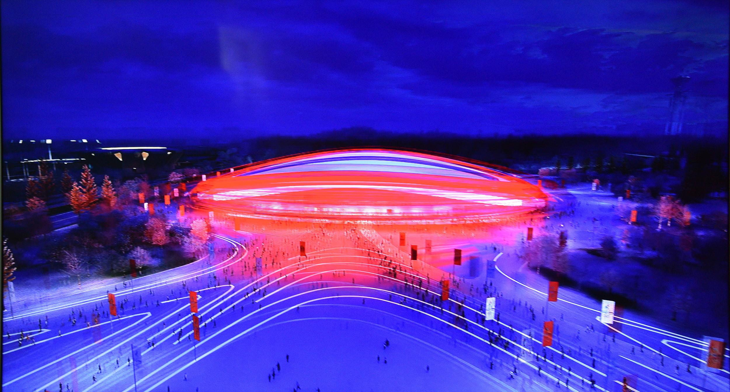作为2008年奥运会期间多个水上项目的比赛场地,水立方在2022年北京冬奥会期间将化身冰立方,成为冰壶项目的比赛场。图片来自视觉中国 作为2008年北京奥运会游泳和跳水比赛场馆的水立方,如何将水变成冰?   冰壶比赛对冰面条件的要求近乎苛刻,单是铺设冰道一项就需很高的技术含量:浇冰要用净水,冰面温度要严格监测和控制,保证冰面不湿滑、硬度和粘度适中。   一般来说,冬奥会冰壶场地贴近冰面的温度在零下10摄氏度左右,才能达到比赛要求,但是现场观众席又不宜温度过低,一般要控制在1618摄氏度之间。   要两