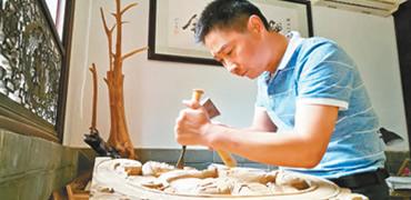 工匠绝活:刀法纯熟 雕出神韵