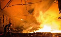 钢铁工人高温下的坚守