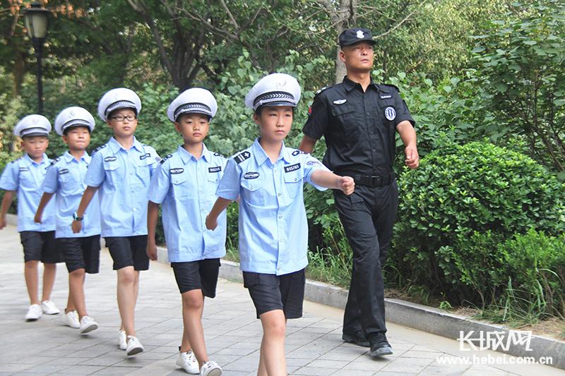 """唐山小学生感受不同职业体验 欢度别样暑假"""""""