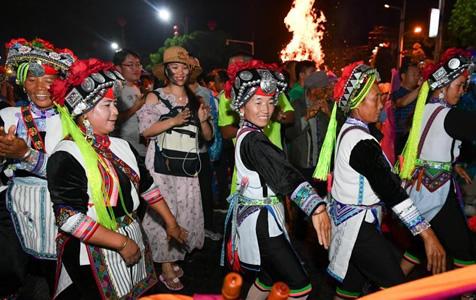 昆明石林万人雨中狂欢庆祝彝族火把节