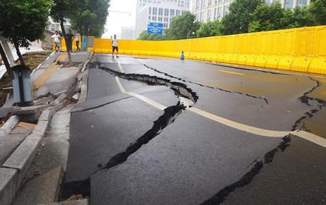 江西南昌一路面出现大面积塌陷 车道下陷围墙开裂