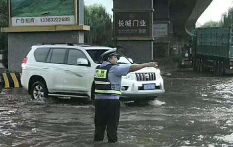 唐山气象台发布雷电黄色预警 交警雨中坚守保畅通
