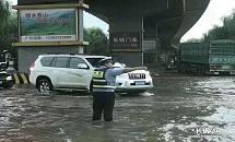 唐山:交警雨中坚守保畅通