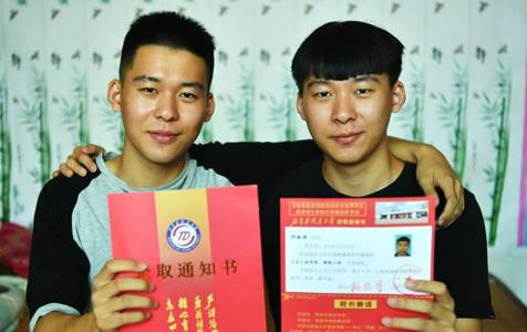 河北双胞胎兄弟高考分数一样 考入同一所大学