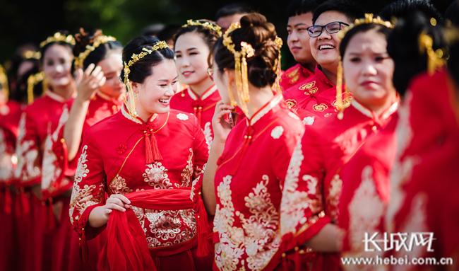 鸡泽县30对新人相约毛遂公园参加集体婚礼
