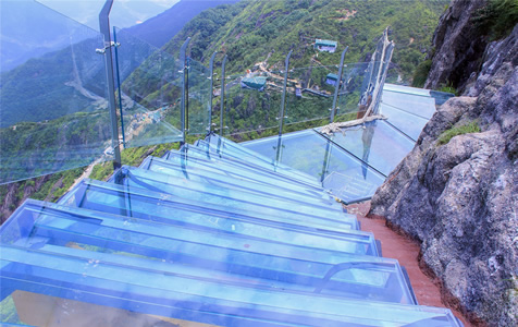 广东景区现玻璃天梯 建在海拔1417米高峰上