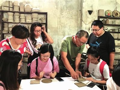 青年职工学习制作陶瓷制品