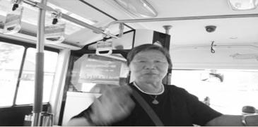 56岁市民乘公交车 82岁老人竟起身让座