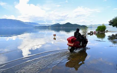 """云南泸沽湖水位上涨 现""""水天一色""""景观"""