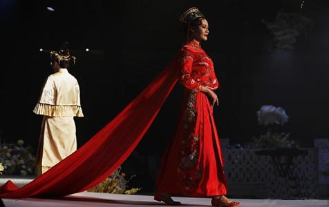 秋季婚礼秀亮相南京 中式新娘装吸睛