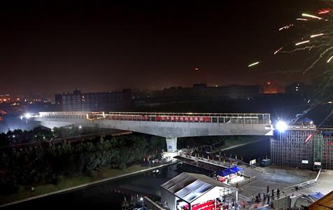 上海有轨电车示范线跨沪昆高速转体梁成功转体