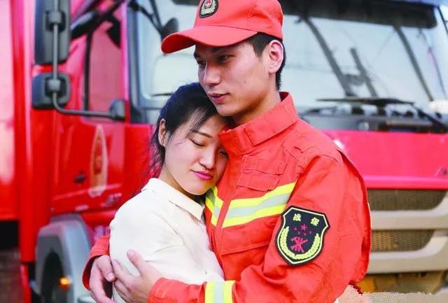 """沧州消防战士放弃婚假赴寿光救灾,未婚妻追至前线拍""""婚照"""""""