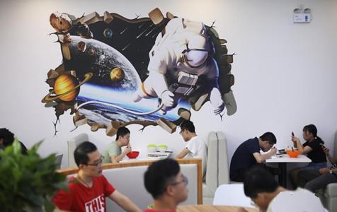 """""""高颜值""""食堂亮相南京 高校师生""""太空""""中用餐"""