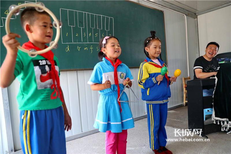 """秦皇岛:"""" 80后""""乡村教师为孩子奏响童年""""欢乐颂"""""""