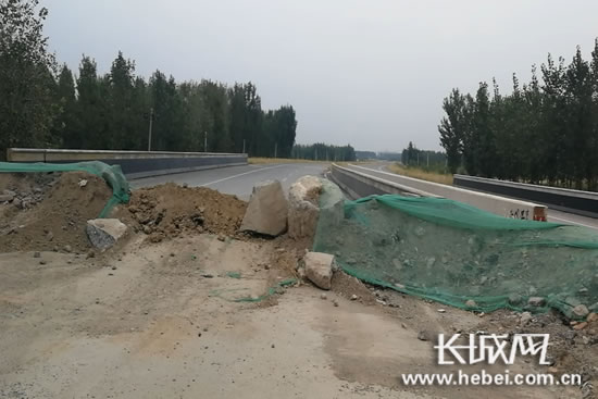 308国道南宫市一段施划完标识标线道路被渣土堵了又拆、拆了又堵。长城网 郭洪杰 摄