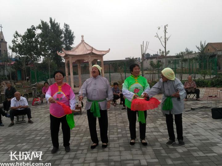 饶阳县五公镇邹村表演节目迎接丰收节