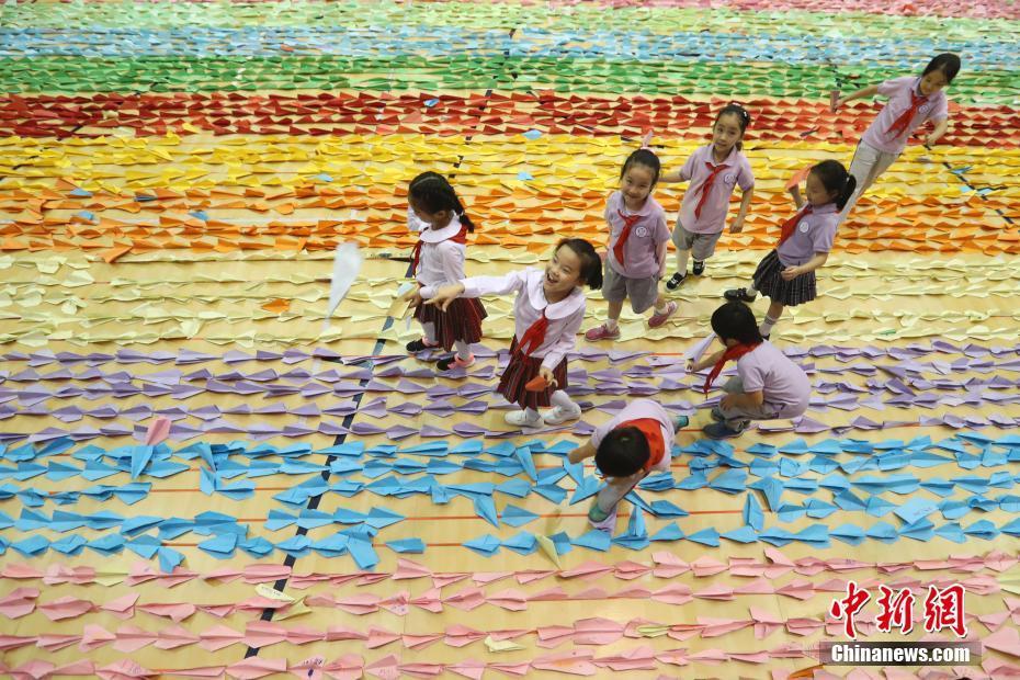 """中国儿童成功创造""""最长的纸飞机队列""""世界纪"""