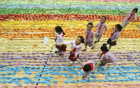 """中国儿童成功创造""""最长的纸飞机队列""""世界纪录"""