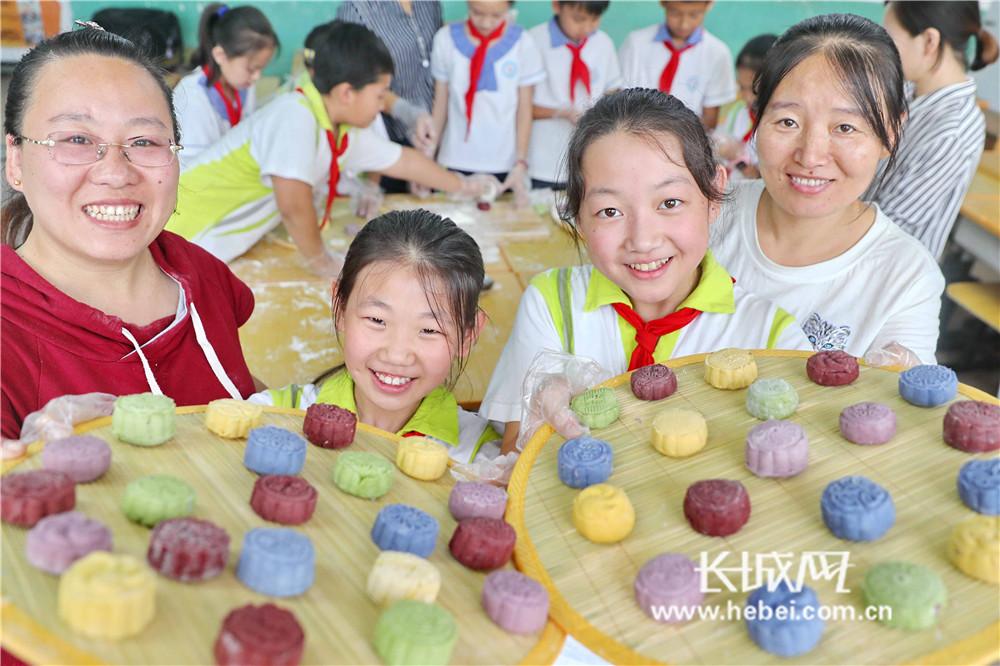秦皇岛:手工制作月饼 体验传统文化