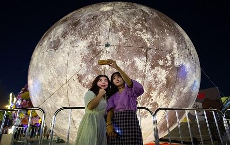 """南京:超级""""月亮""""扮靓中秋 引市民争相拍照"""