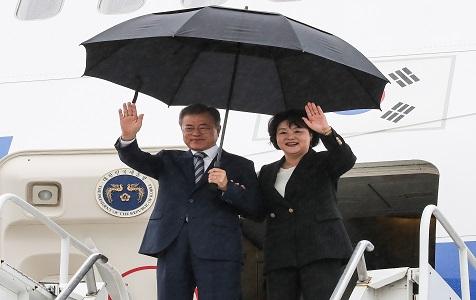 韩国总统文在寅冒雨抵达纽约 将出席联合国大会