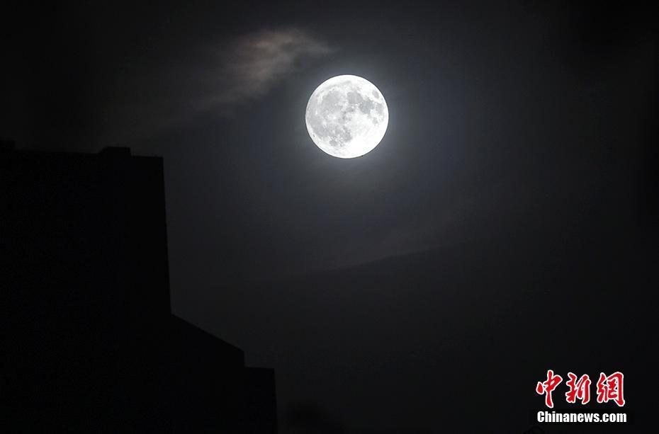 赏月模式开启!中秋夜月亮照亮夜空