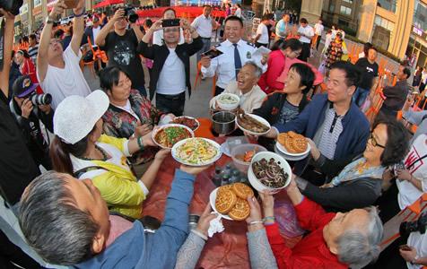 暖心!每家自带好菜800邻居吃中秋百家宴