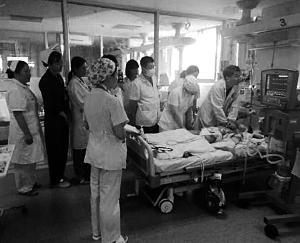 30名医生轮流抢救8岁男孩