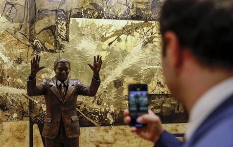 联合国总部迎来南非前总统曼德拉像