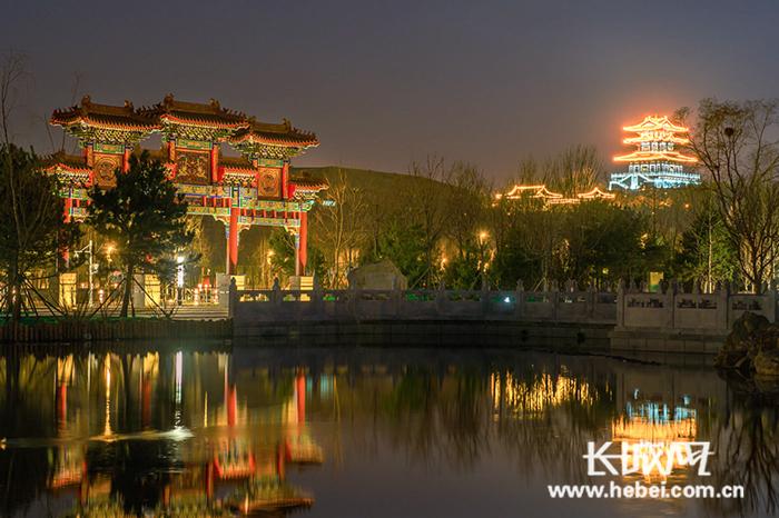 唐山南湖生态旅游风景区夜幕下的楼台亭阁.资料图