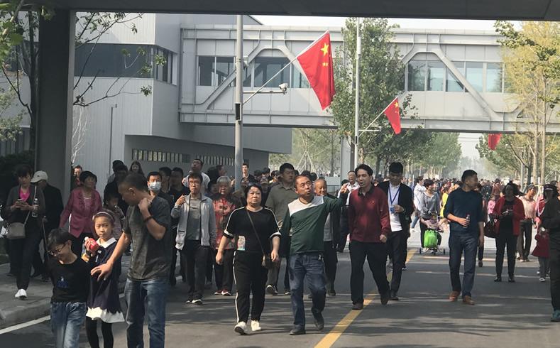 """游客如织 雄安市民服务中心十一""""走红""""成热门景点"""