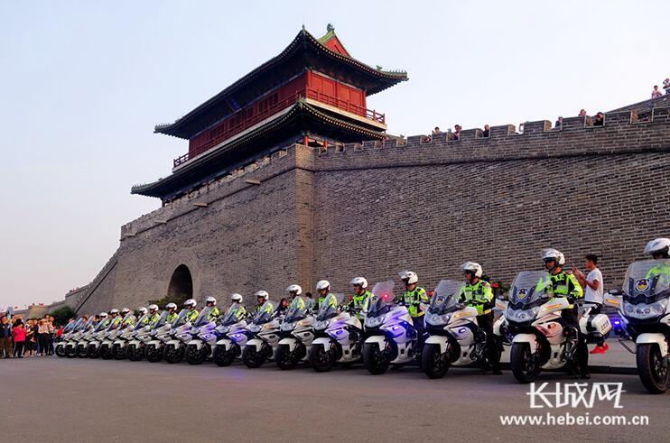 正定:交警为节日旅游保驾护航