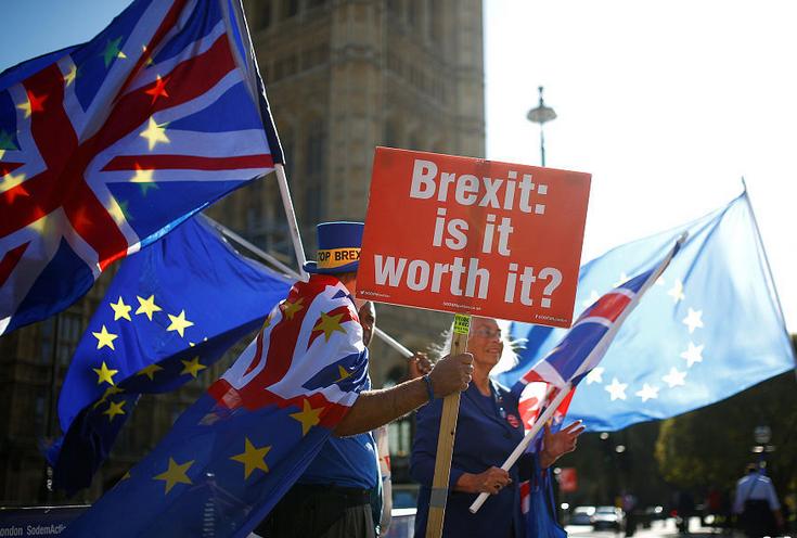 """英国民众在议会大厦前举旗反对""""脱欧""""(图)"""