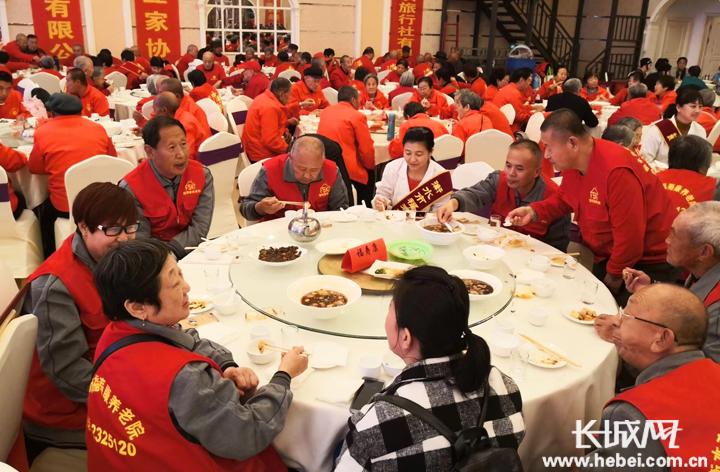 鲜花 歌舞……衡水300余名老人共庆重阳节