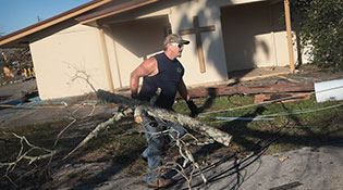 """飓风""""迈克尔""""袭美 过境后灾区一片狼藉"""