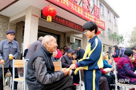 晋州市魏徵中学学生重阳节到养老院开展志愿者活动