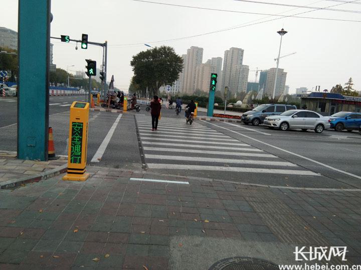 """【文明出行】会说话的""""小黄柱""""亮相衡水市区 """"叫""""你别闯红灯"""