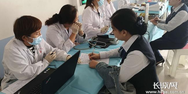 建行邯郸永年支行党支部组织党员参加义务献血活动