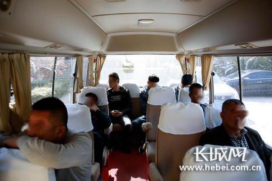 """抓获的7名""""黄牛""""在车上。记者郭洪杰摄"""