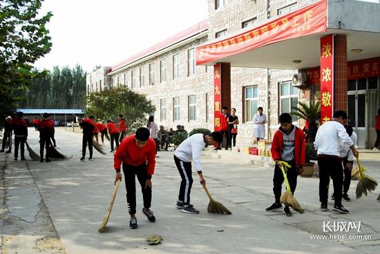 临西职教中心学生重阳节到敬老院慰问老人